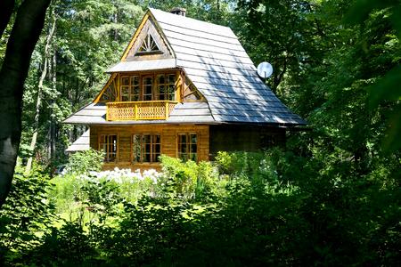 Zakopane, Polen 08 augustus 2017: Huis gebouwd van hout is verborgen in een bos. Het huis ligt in het bos dat een wettelijk beschermd natuurmonument is Stockfoto - 91574613