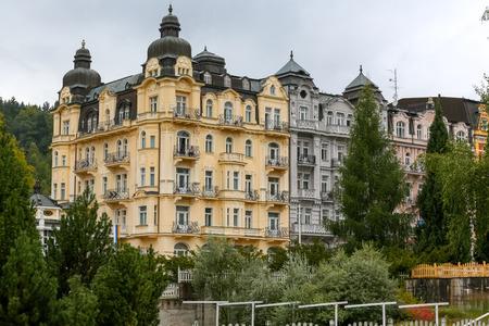 Marianske Lazne, 체코 - 2017 년 9 월 10 일 : 흐린 하늘 배경에 다채로운 타운 하우스 다양 한 아름 다운 건물의 facades 장식 건축 요소를 보여줍니다.