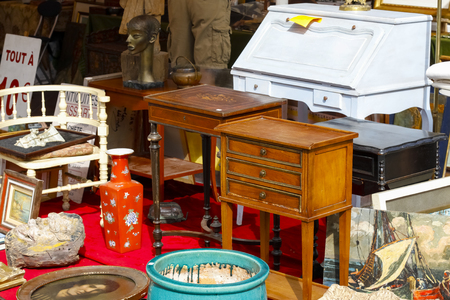 Nice, France - 17 September 2018: Second hand furniture and other interior furnishings are visible at the flea market in Cours Saleya, the famous city market offering antiques and many other products. Standard-Bild - 117152676
