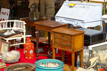 Nizza, Francia - 17 settembre 2018: Mobili di seconda mano e altri arredi interni sono visibili al mercato delle pulci di Cours Saleya, il famoso mercato cittadino che offre oggetti d'antiquariato e molti altri prodotti. Editoriali