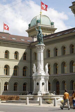 Bern, Schweiz - 17. April 2019: Ein Brunnen mit dem Ortsnamen Bernabrunnen. Die Frauenstatue an der Spitze dieses Brunnens verkörpert die Stadt Bern, so wie Helvetia die Schweiz verkörpert.