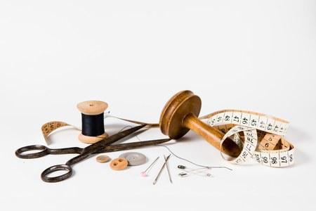 Ensemble de natures mortes sur mesure - outils vintage pour l'industrie de la couture personnalisée à la main. Sur fond blanc.