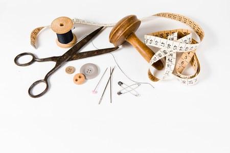 Sur mesure, nature morte sur fond blanc, outils vintage pour travaux d'aiguille faits à la main. Banque d'images