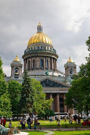 St. Petersburg, Russland - 7. Juli 2019: Menschen in der St. Isaak-Kathedrale Editorial