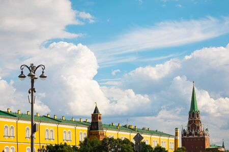 Moscow, Russia - July 9, 2019: Srednyaya arsenal'naya bashnya and Troitskaya tower in Kremlin , summer day with cloudy sky 新聞圖片
