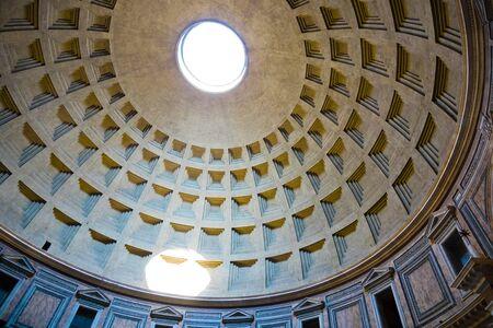 Innenraum des Pantheon von Rom mit dem berühmten Lichtstrahl von der oberen Öffnung, Italien Standard-Bild