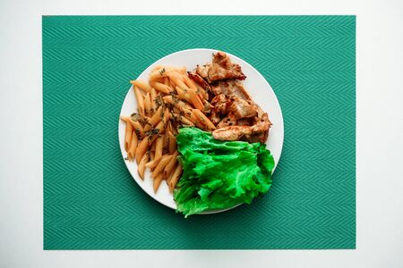 Top view on plate with chicken and salad on the table 版權商用圖片