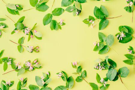 平铺模式与树枝和绿色的叶子在绿色的背景