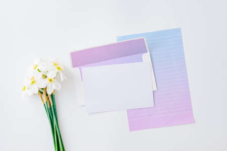 Mockup wedding invitation and envelope with white daffodils on a white background Banque d'images