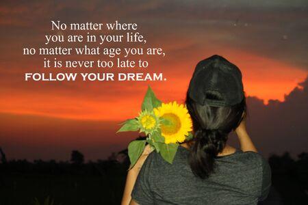 Citation inspirante - Peu importe où vous en êtes dans votre vie, quel que soit votre âge, il n'est jamais trop tard pour suivre votre rêve. Avec la jeune femme tient le seau de tournesol contre le beau fond dramatique coloré de ciel de coucher du soleil.