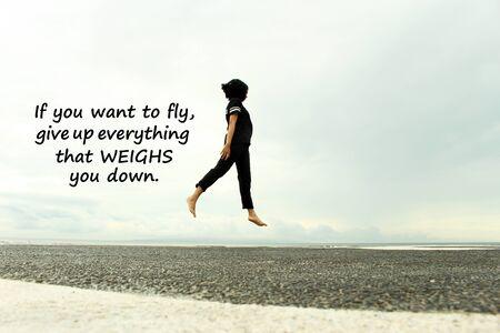 Cita inspiradora: si quieres volar, abandona todo lo que te agobia. Con joven caminar sobre el aire, volar. Fondo de cielo azul y vista al mar. Foto de archivo