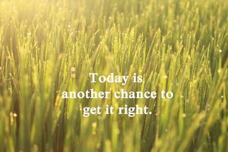 Cita de motivación inspiradora: hoy es otra oportunidad para hacerlo bien. Con la cálida luz dorada de la mañana al atardecer surise sobre el fondo del prado de campo. Foto de archivo
