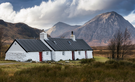 White cottage near Ballachulish, Scottish Highlands, UK 版權商用圖片
