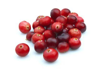 arandanos rojos: Bayas maduras de un ar�ndano rojo sobre un fondo blanco close up