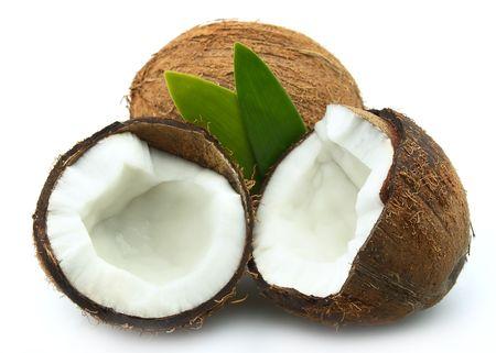 cocotier:  Noix de coco avec des feuilles sur un fond blanc Banque d'images