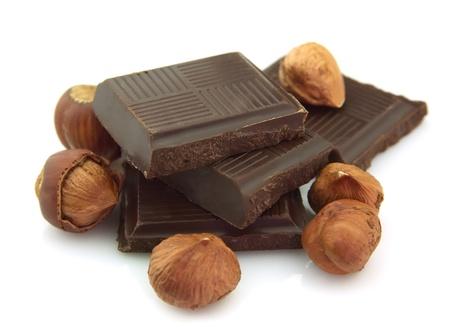 avellanas: Chocolate con leche con tuercas aisladas sobre fondo blanco