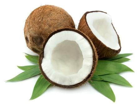 noix de coco: Noix de coco avec des feuilles sur un fond blanc  Banque d'images