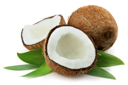 noix de coco: Noix de coco avec feuilles gros plan sur un fond blanc