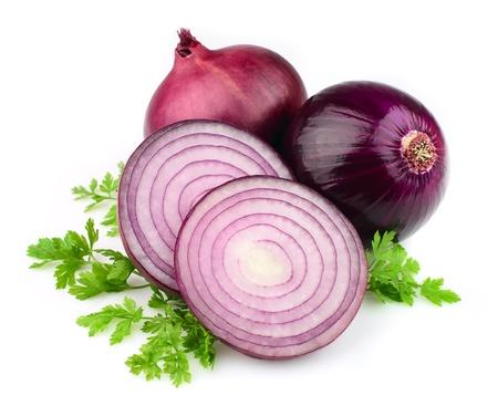 cebolla blanca: Cebolla roja cortada en rodajas en el fondo blanco