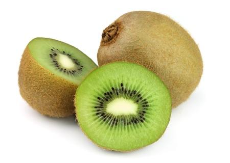 frutas tropicales: Kiwi fresco sobre fondo blanco