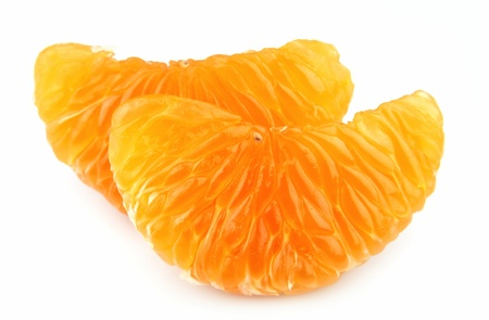 segmentar: Segmento de mandarina sobre un fondo blanco