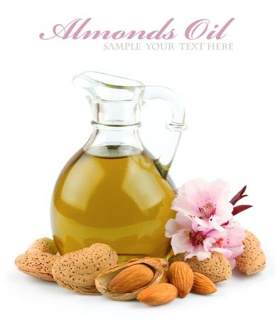 Mandelöl mit Nüssen von Mandeln und Blumen von Mandeln Standard-Bild