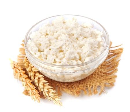 cagliata: ricotta fresca con il grano su sfondo bianco Archivio Fotografico