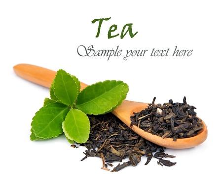 紅茶、白い背景の上のスプーンの葉