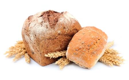 canasta de pan: Panes hechos en casa con trigo sobre fondo de madera Foto de archivo