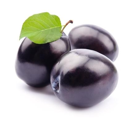 Zoete pruimen fruit op wit close-up