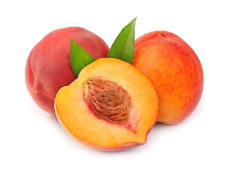 perzik op een witte achtergrond