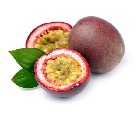 Passion exotische vruchten. Maracuya vruchten op een witte achtergrond. Stockfoto