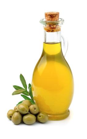 Olijfolie met olijven close up op wit Stockfoto