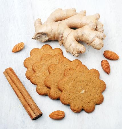 galletas de jengibre: galletas de jengibre con tuercas de las almendras