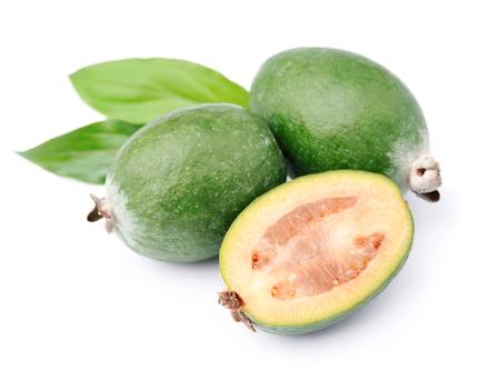 frutas tropicales: Frutas del feijoa dulces de cerca sobre fondo blanco .Tropical frutas Foto de archivo