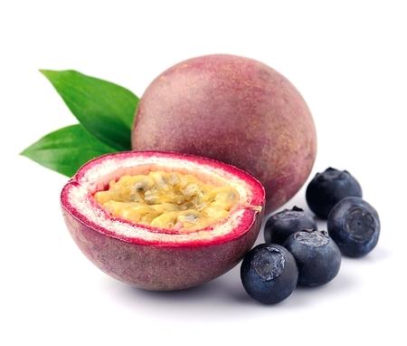 pasion: frutas de la pasión con los arándanos se cierran para arriba en blanco. Foto de archivo