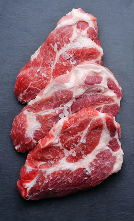 grafito: Carne cruda en tablero de grafito.