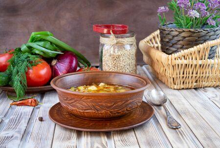 Soupe traditionnelle géorgienne de Kharcho avec de la viande et du riz sur fond de bois ancien.