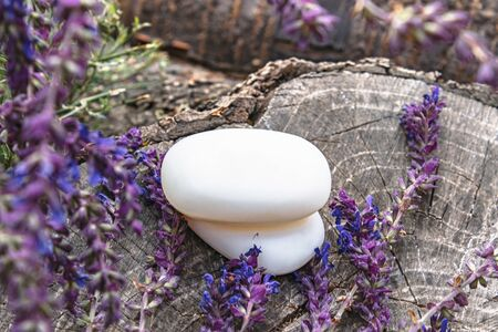 Pieces of handmade soap with lavender field flowers on a wooden background. Soap for the face. Body care. Foto de archivo - 135302629