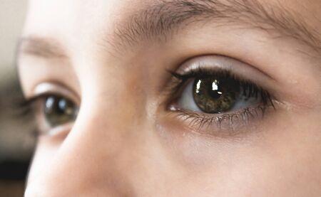 Ojos pensativos de primer plano de un hombre adolescente. El chico mira a lo lejos.