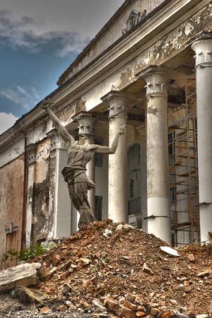 decrepitude: Headless statue