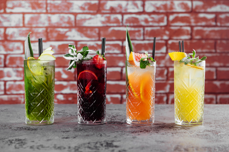 Cuatro cócteles de frutas en la mesa.