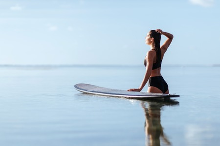 Beautiful woman with the surf board Imagens