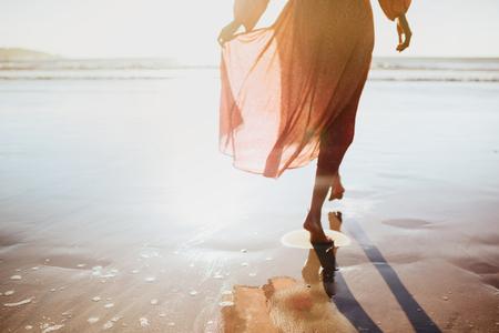 Jeune femme qui court sur le chemin du bord de mer. Banque d'images