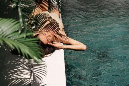Young black woman relaxing at spa pool. Foto de archivo