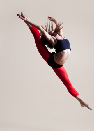expresion corporal: baile moderno bailarina de ballet en el estudio de fondo blanco