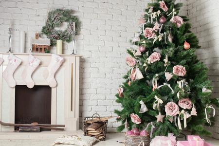 Afbeelding van schoorsteen en versierde kerstboom met cadeau