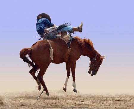 caballo jinete: Bucking alejado Equitación Foto de archivo