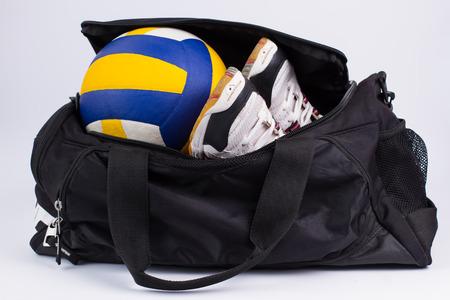 Sporttas met sportuitrusting op witte achtergrond. Stockfoto