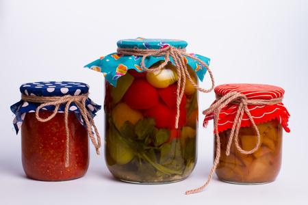 encurtidos: Diversas frutas y verduras de enlatado en un diseño luminoso